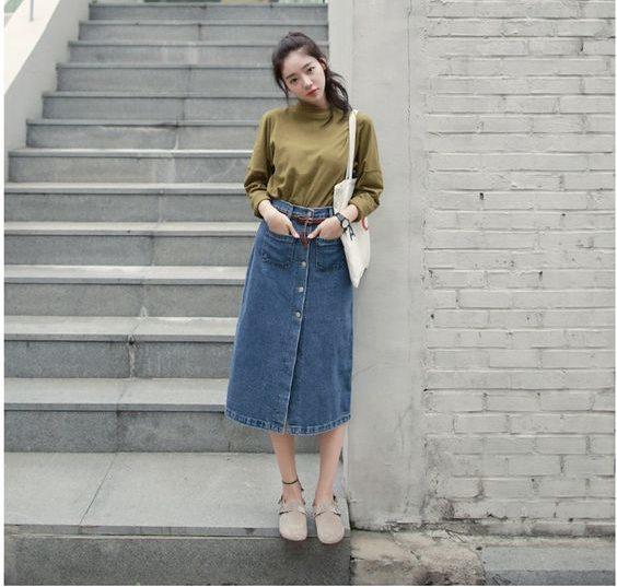 Mix chân váy jean dài cùng áo thun đơn giản giúp bạn sở hữu vẻ ngoài vừa thanh lịch vừa năng động.