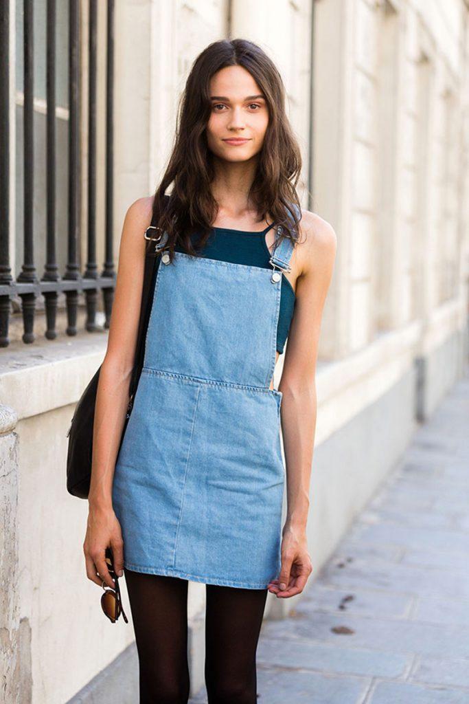 Váy yếm jean phối cùng croptop sẽ giúp các nàng khoe được thân hình mảnh mai cùng vòng eo con kiến của mình.
