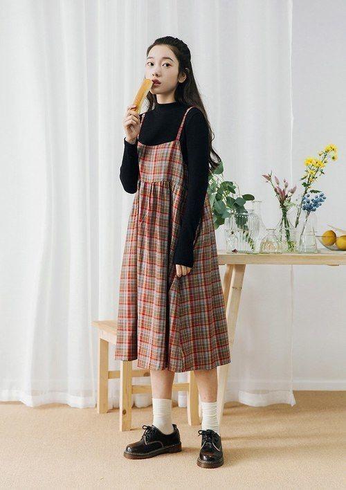 Váy yếm caro phối cùng một chiếc áo thun đen đơn giản và tất cao màu trắng. Bạn đã có ngay một set đồ cực đáng yêu mang phong cách Nhật Bản.