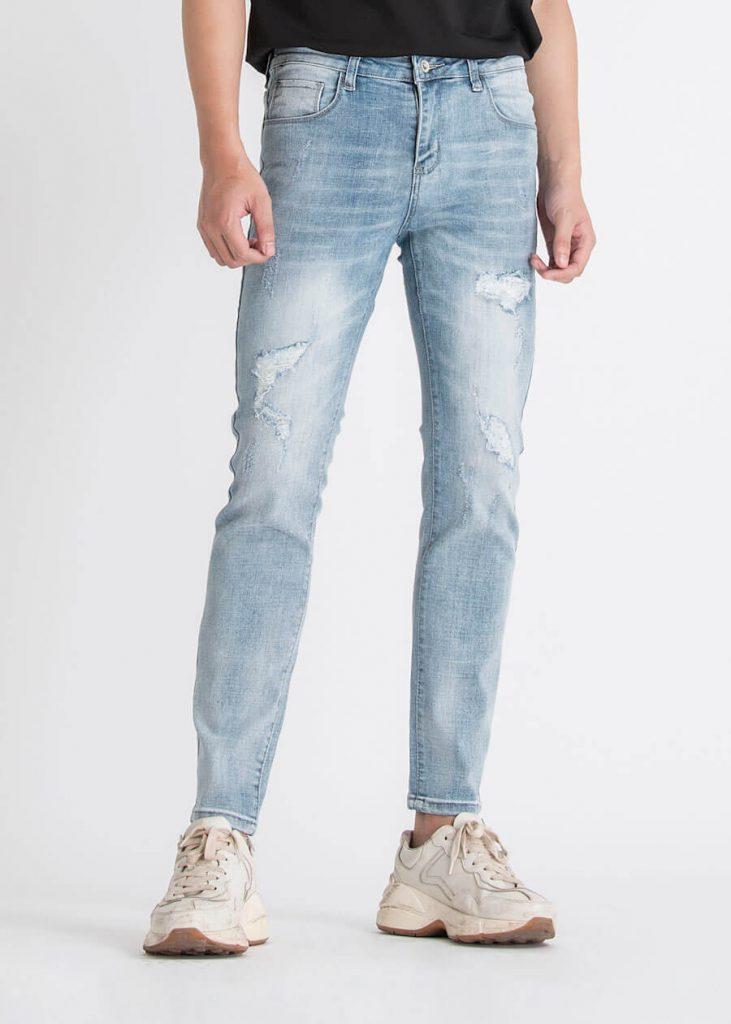 Quần jean slimfit là một item không thể thiếu với các bạn nam.