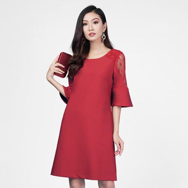 Mẫu đầm suông màu đỏ nổi bật