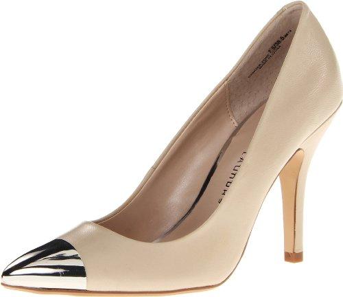 Phần mũi kim loại nổi bật trên đôi giày màu nude