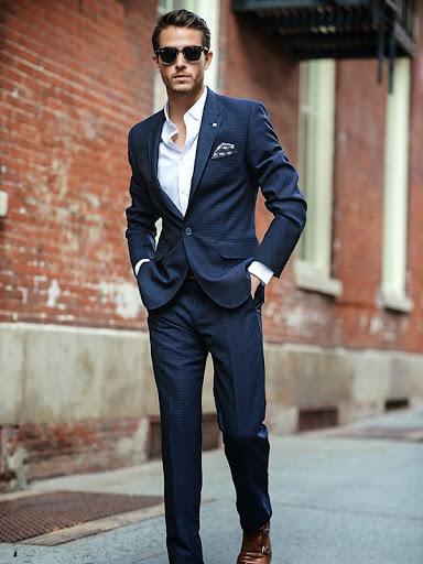 Một chiếc khăn ở túi áo vest tạo điểm nhấn cho bộ đồ đi tiệc nam